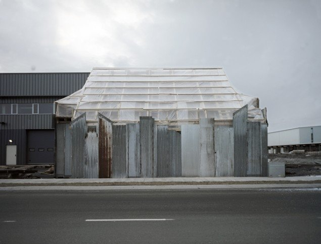 Ingvar Högni Ragnarsson: Wrapped House. Digitalt inkjetprint, 70 x 90 cm.  På Indre og ydre landskaber, Fotografisk Center i Museumbygningen. Foto: Ingvar Högni Ragnarsson