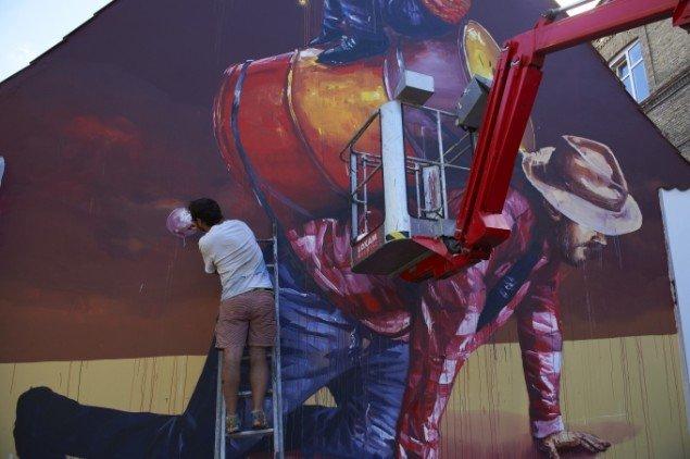 Fintan Magee under arbejdet med sit bidrag. Foto: WE Aart / Allan Toft