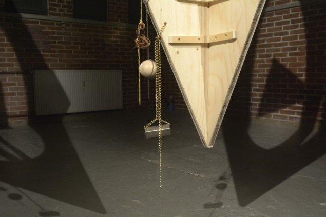 Louise Sparre: Axis hanging sculpture, 2014. Krydsfiner, beslag, laserprint, læder, messing, kæde, kobber, træperle og jern, 240x120x120 cm. Detalje fra Axis, Spanien 19C. Foto: Erik Balle Povlsen