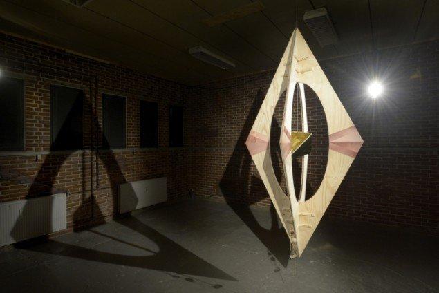 Louise Sparre: Axis hanging sculpture, 2014. Krydsfiner, beslag, laserprint, læder, messing, kæde, kobber, træperle og jern, 240x120x120 cm. Udstillingsview fra Axis, Spanien 19C. Foto: Erik Balle Povlsen