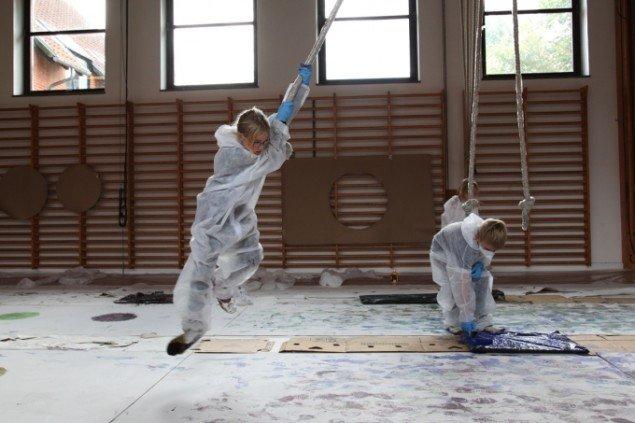 Her er nogle af Kristine Hymøllers Action Painters i aktion. Foto: Michael McGillis
