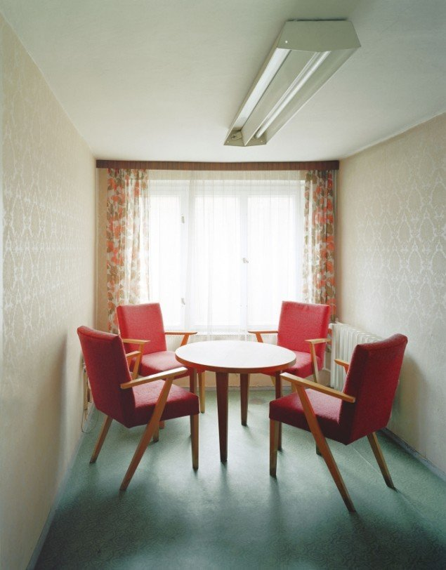 Daniel & Geo Fuchs: Sonderhaftanstalt Bautzen, Besucherzimmer. Fotografi. På Stasi Secret Rooms, Nikolaj Kunsthal. Courtesy Nikolaj Kunsthal