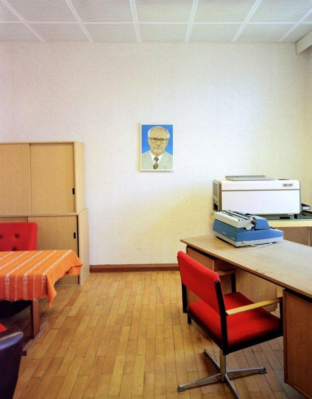 Daniel & Geo Fuchs: Sonderhaftanstalt Bautzen, Direktionszimmer. Fotografi. På Stasi Secret Rooms, Nikolaj Kunsthal. Courtesy Nikolaj Kunsthal