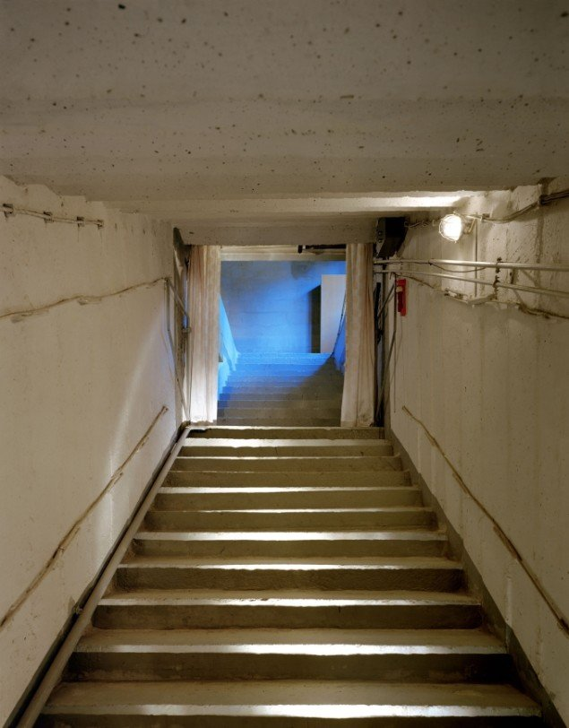 Daniel & Geo Fuchs: Bunker Machern, Treppenabgang. Fotografi. På Stasi Secret Rooms, Nikolaj Kunsthal. Courtesy Nikolaj Kunsthal