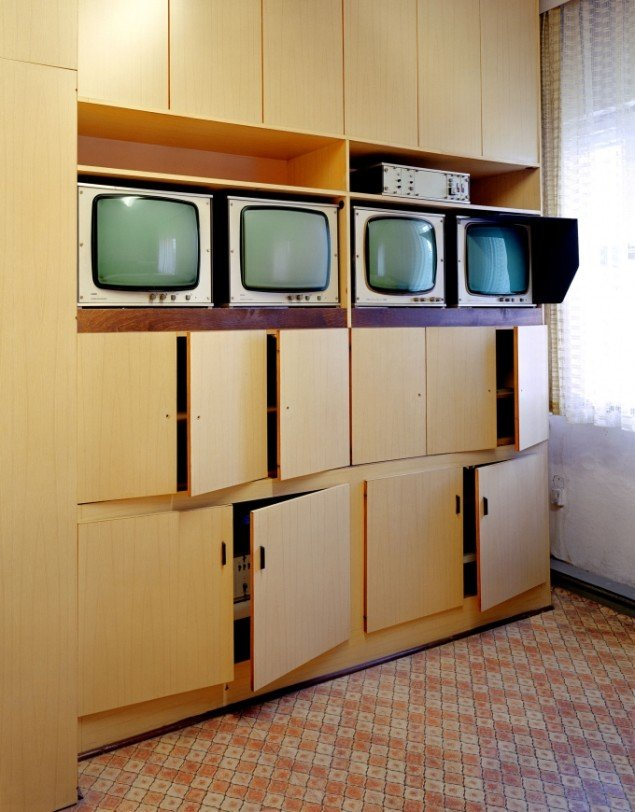 Daniel & Geo Fuchs: Untersuchungshaftanstalt Hohenschönhausen, Monitorraum. Fotografi. På Stasi Secret Rooms, Nikolaj Kunsthal. Courtesy Nikolaj Kunsthal