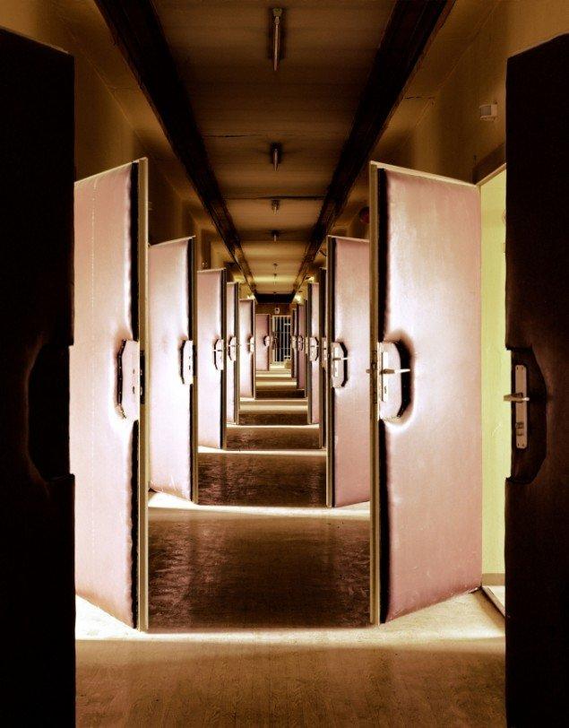 Daniel & Geo Fuchs: Untersuchungshaftanstalt Hohenschönhausen, Vernehmertrakt I. Fotografi. På Stasi Secret Rooms, Nikolaj Kunsthal. Courtesy Nikolaj Kunsthal