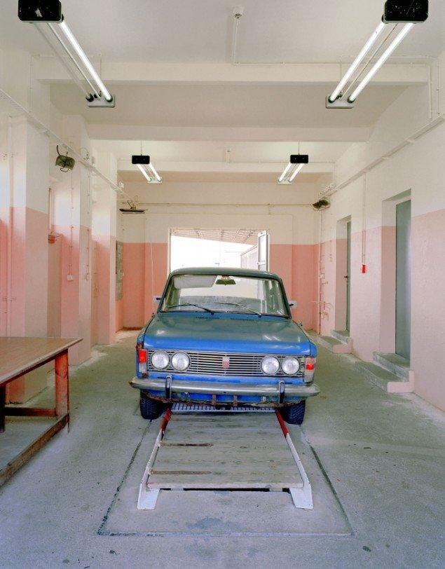 Daniel & Geo Fuchs: Grenzübergangsstelle Marienborn, Wagenkontrolle. Fotografi. På Stasi Secret Rooms, Nikolaj Kunsthal. Courtesy Nikolaj Kunsthal