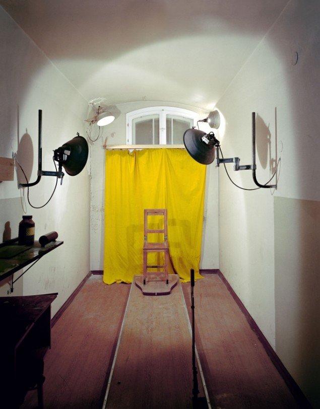 Daniel & Geo Fuchs: Untersuchungsgefängnis Potsdam, Fotostuhl. Fotografi. På Stasi Secret Rooms, Nikolaj Kunsthal. Courtesy Nikolaj Kunsthal