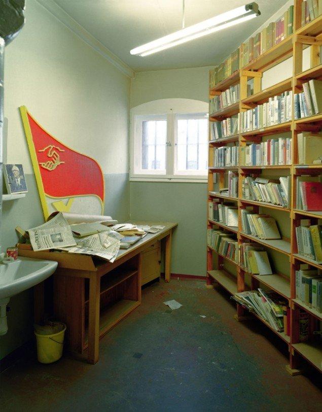 Daniel & Geo Fuchs: Untersuchungsgefängnis Potsdam, Häftlings-Bibliothek. Fotografi. På Stasi Secret Rooms, Nikolaj Kunsthal. Courtesy Nikolaj Kunsthal