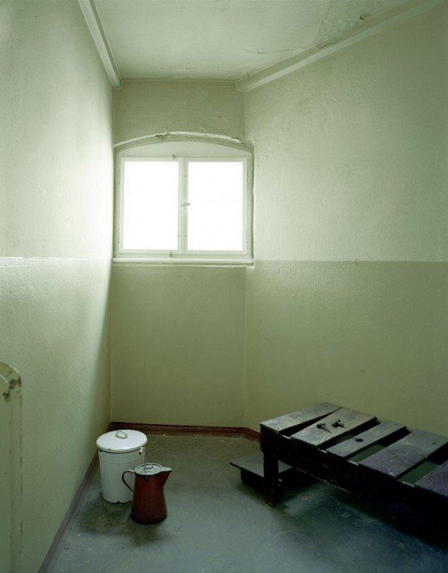 Daniel & Geo Fuchs: Untersuchungsgefängnis Potsdam, Zelle II. Fotografi. På Stasi Secret Rooms, Nikolaj Kunsthal. Courtesy Nikolaj Kunsthal