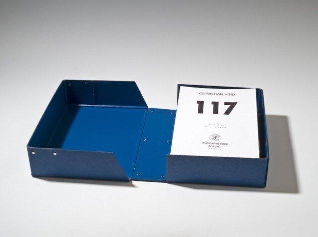 Christian Vind: 117 Hvidpapirfeber boxsæt, 2007. Indeholdende 117 collager. Foto: Lars Bay. Tilhører Silkeborg Kunstmuseum.