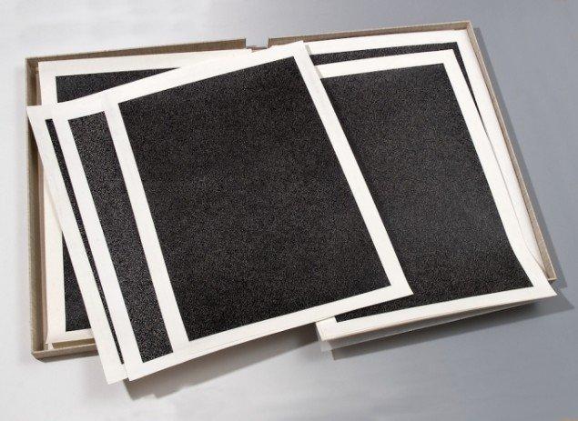 Christian Vind: 32 sorte tegninger i solanderkasse, 1996-97. Tusch på papir. Foto: Lars Bay.
