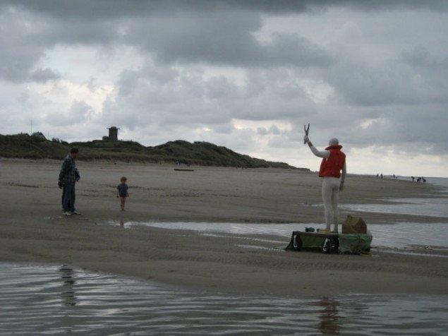 Helmer Andersen fra Sverige var en levende statue på stranden og tiltrak sig megen opmærksomhed fra nysgerrige strandgæster. Foto: Lise Sinnbeck.