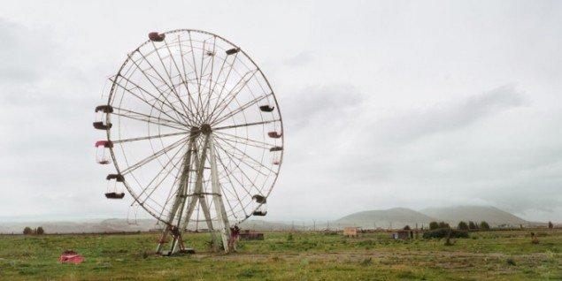 im Wenders: Ferris Wheel, Armenia, 2008, C-Print, 148 x 345 cm. Pressefoto/Wim Wenders.