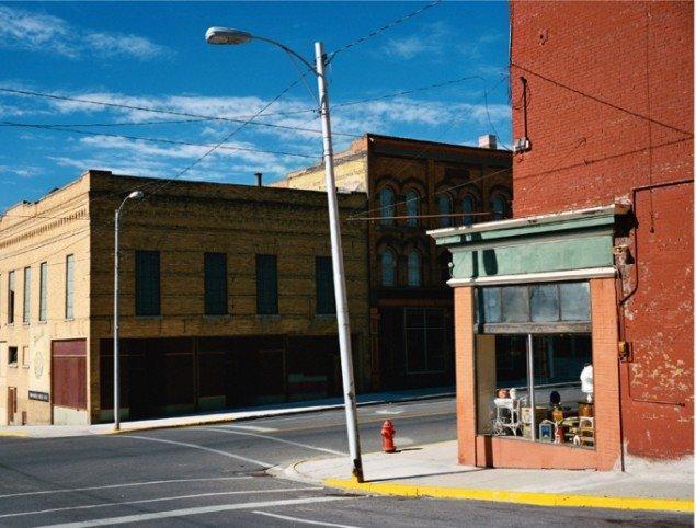 Wim Wenders: Street Corner in Butte, Montana, 2003, C-Print. Pressefoto/Win Wenders.