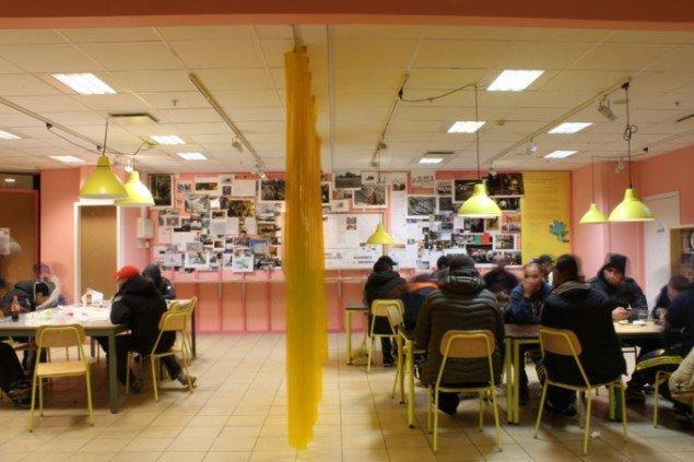 Kerstin Bergendals midlertidige åbne forhandlings-rum for de mange samtaler, hun under et helt år har gennemført midt i et indkøbscenter med beboere, embedsmænd, arkitekter, planlæggere og unge i Sundbyberg udenfor Stockholm. Foto: PARK LEK.