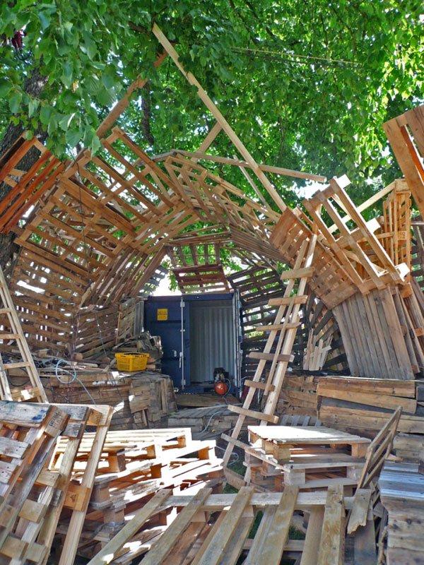 Engangspallerne bliver på kreativ vis brugt som byggemateriale. Foto: Maria Engholm.