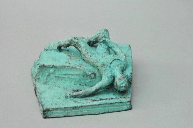 Bjørn Nørgaard: Liggende kvinde, 2014. Bronze, 9 x 20 x 20 cm. På TREUDDK, Galleri Susanne Ottesen. Foto: Galleri Susanne Ottesen