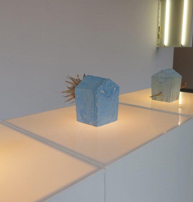 Installationsview m. værker fra 2014 af Sakir Gökcebag. På TREUDDK, Galleri Susanne Ottesen. Foto: Galleri Susanne Ottesen