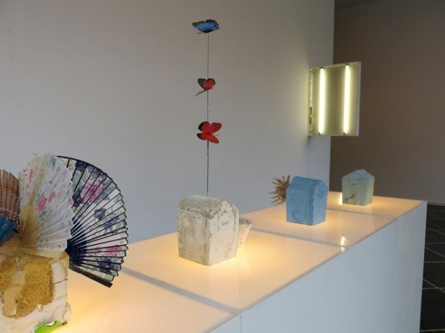 Installationsview m. værker fra 2014 af Nanna Abell. På TREUDDK, Galleri Susanne Ottesen. Foto: Galleri Susanne Ottesen