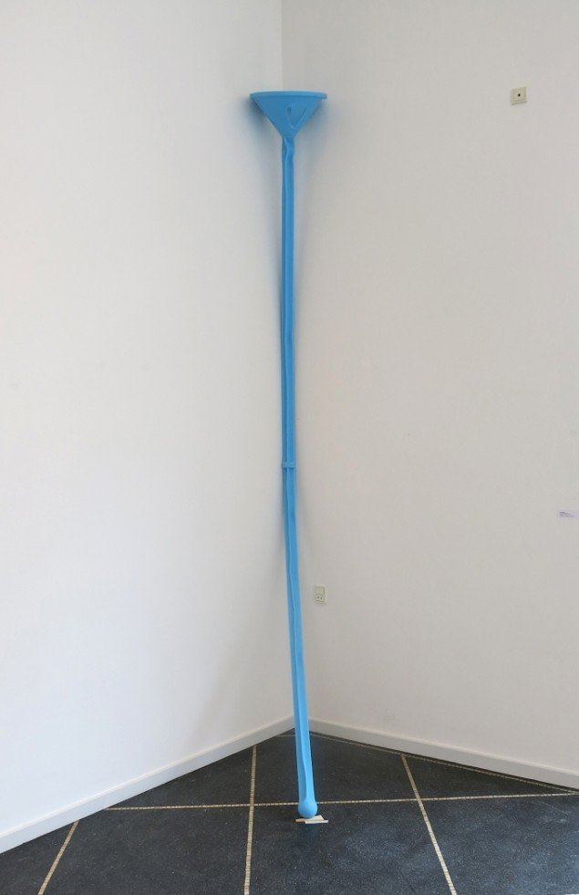 Nanna Abell: Uden titel (stick), 2014. Silikone, H. 350 cm. På TREUDDK, Galleri Susanne Ottesen. Foto: Galleri Susanne Ottesen