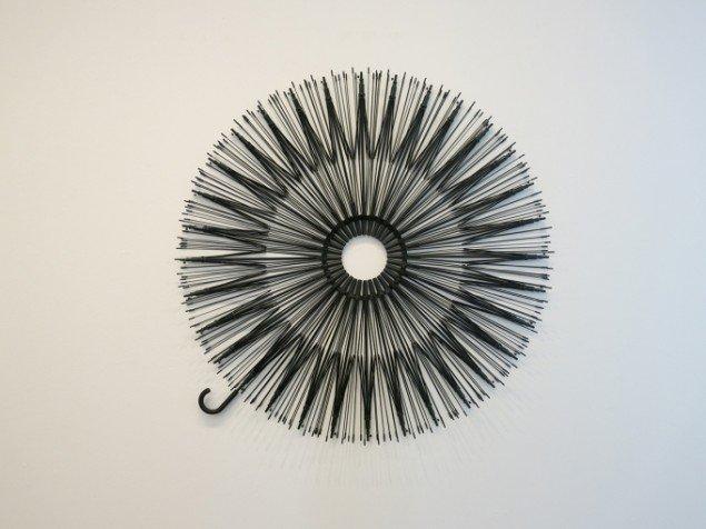 Sakir Gökcebag: Uden titel, 2014. Paraplyer, Ø 150 cm. På TREUDDK, Galleri Susanne Ottesen. Foto: Galleri Susanne Ottesen