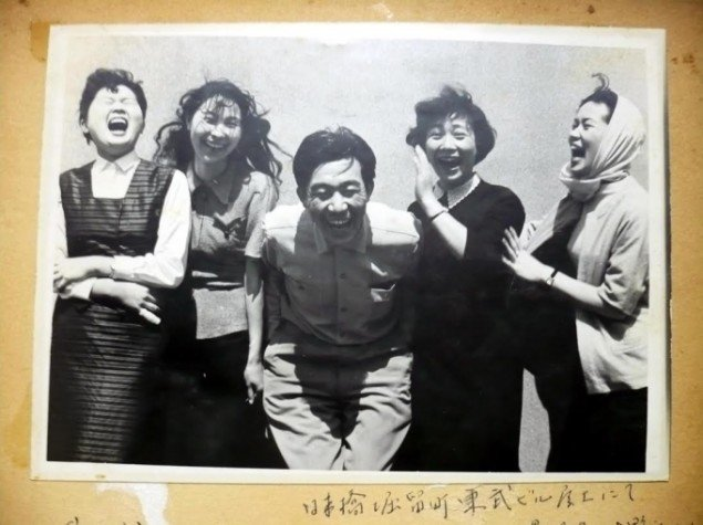 Kenji Omori: Laughter, In the roof garden of Tobu building in Tokyo, original foto, 1956