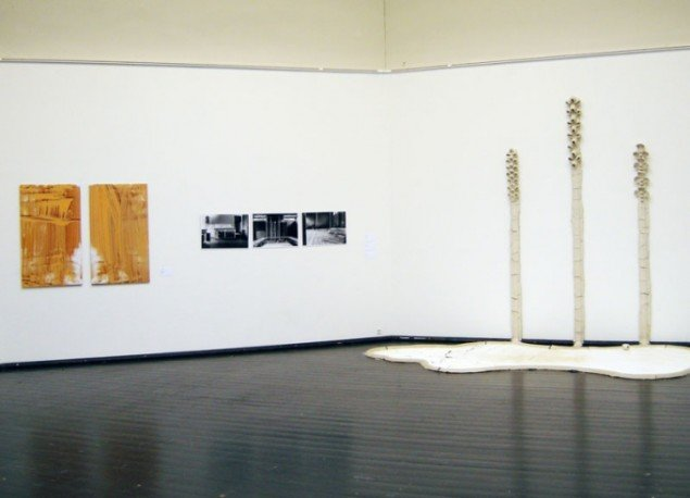 Udstillingsview. Til højre Manuel Canu: From Wall to Floor. Foto: Kristian Handberg.