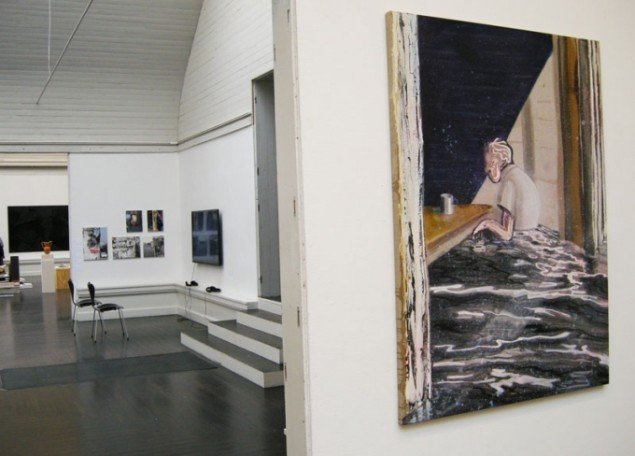 Udstillingsview. Til højre Kristian Touborg, vinder af KE 2013 Prisen: (Im)permanence. Foto: Kristian Handberg.