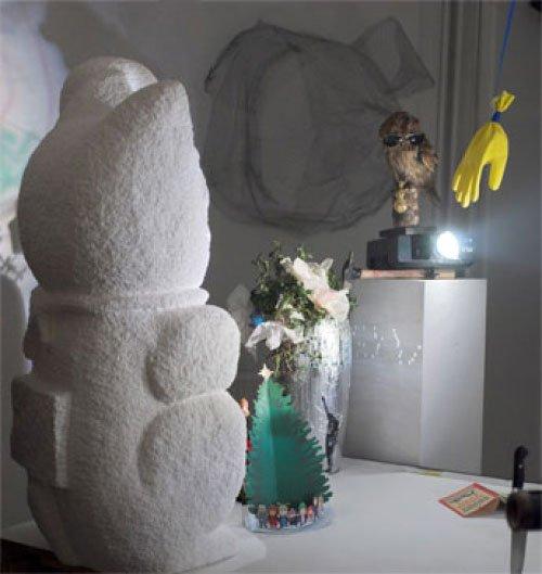Flamingo skulptur – Maneki Neko ( Japansk Penge Kat), ulandskalender, Blingvase, udstoppet ugle som læser Animal Farm af George Orwell med Ray Ban solbriller på. Barbara Katzin