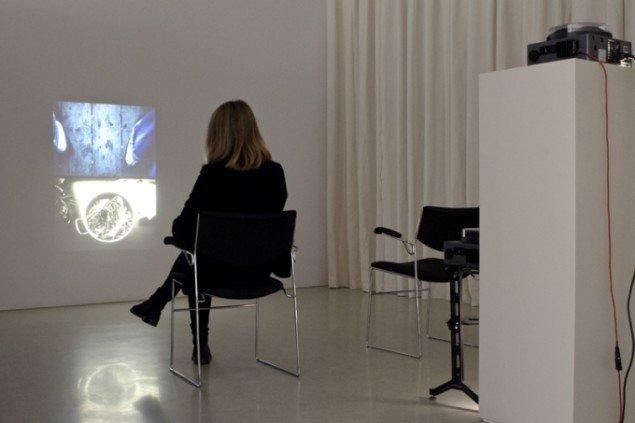Der er mange videoværker på Modernautställningen.Tris Vonna-Michell: Postscript IV (Berlin), 2014. Foto: Anna Rowland.