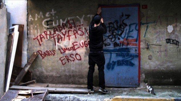 Søren Thilo Funder, 2010. Red Tape (Don't go into Tarlabasi). HD Video, 07.09 min. Still fra værket.