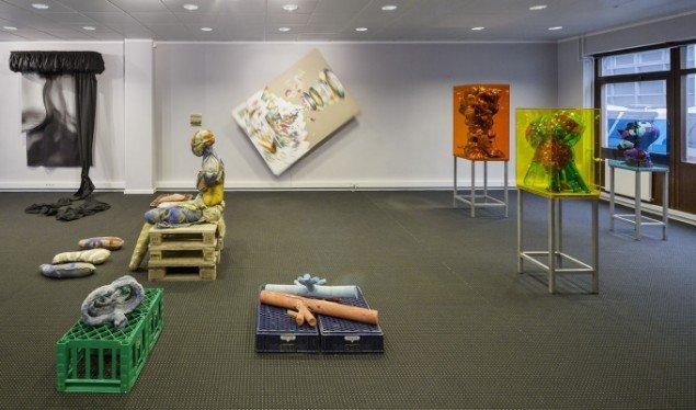 Udstillingsview med værker af Anne Damgaard, Bank and Rau, Martin Bigum og Bjørn Poulsen. På Nærværk - Kunst er at skabe nyt nærvær, Pop-up Contemporary #6 til d. 26/10. Foto: Anders Sune Berg.
