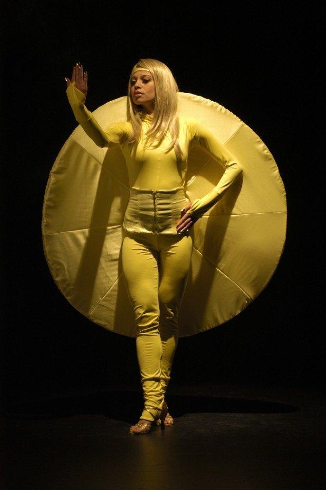 Lilibeth Cuenca Rasmussen, Ego Song, 2006. Video og performance. Foto: Jesper Jon Sørensen.
