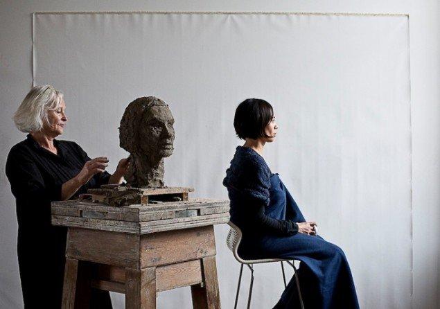Lilibeth Cuenca Rasmussen, being human being, 2014, Nikolaj Kunsthal, performance med billedhugger Kirsten Justesen. Foto: Frida Gregersen.
