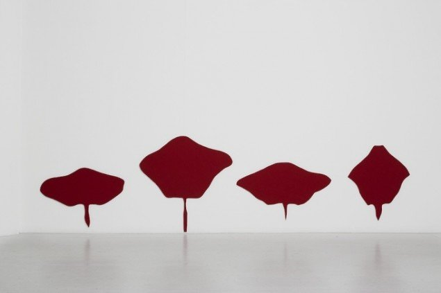 Luzia Simons, Red Betweeen, 2014, filt, lamineret træ. Foto: Jan Søndergaard.