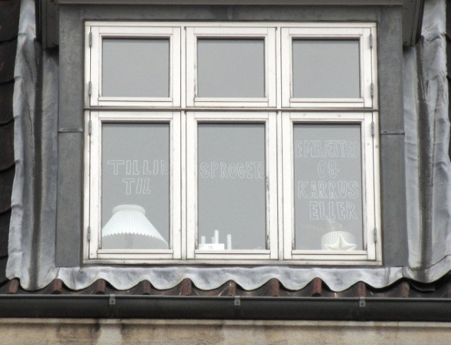 Tanja Nellemann Poulsen. Tekst i vidue på 4 sal i ejendom overfor Godsbanen. Foto: Ole Bak Jakobsen