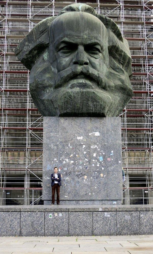 Søren Lose foran Marx-monumentet i Chemnitz i Sachsen, Tyskland. Foto: Gustav Hellberg.