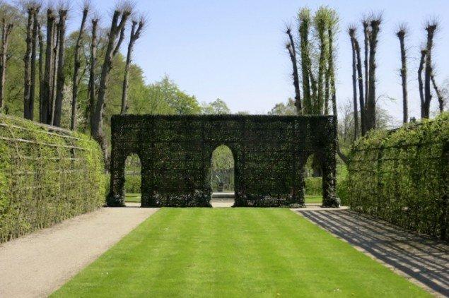 Søren Lose: Secret Garden, 2014, militært sløringsnet, træ, betonklodser. Installationsview, Gl. Holtegaard. Foto: Søren Lose.