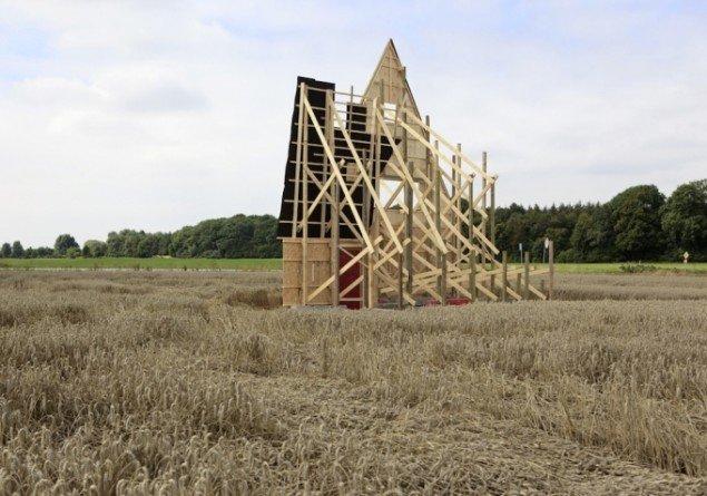 Søren Lose: Dé-jà vu 2010, krydsfinér, træ, tagplader, betonklodser. Installationsview. Foto: Søren Lose.