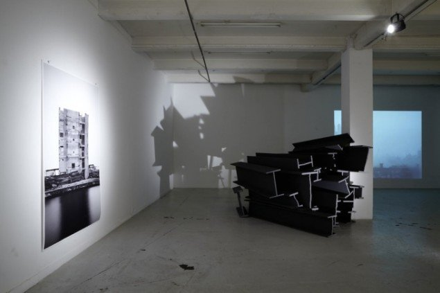Søren Lose: Phantasmagorie, 2009, ink-jet print, polystyren, maling, film. Installationsview, Overgaden Institut for Samtidskunst. Foto: Anders Sune Berg.
