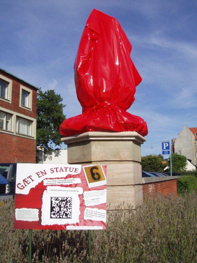 Gæt en statue. Foreningen for Fremme af Forundring har indpakket en del af byens statuer i rød plast og vandrende på Den Røde Rute opfordres til at gætte, hvad der gemmer sig, foto: Sidsel Hartlev