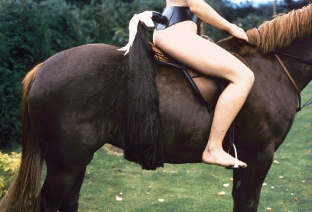 Rose English: Rose on Horseback with Tail, 1974. Foto: Courtesy Richard Saltoun and Karsten Schubert, London.