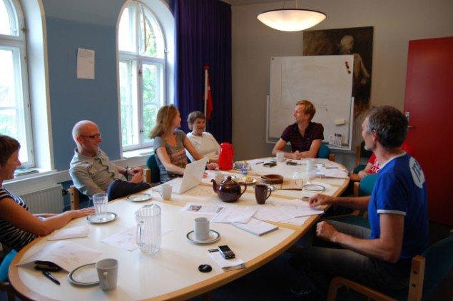 Jan Falk Borup for enden af Vest-redaktionens mødebord. Foto: Mette Harbo Lehmann