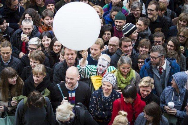 Kulørte indslag blandt publikum. Foto: Amy Helene Johansson.