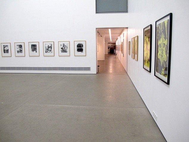 Udstillingsview med værker af Claus Carstensen og Jonas Hvid Søndergaard. På Grafiske forbindelser, Vendsyssel Kunstmuseum til d. 1/2. Pressefoto