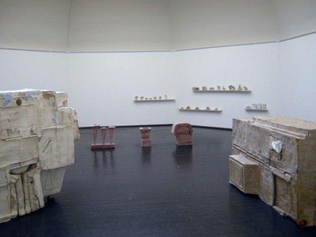 Andet rum i Marianne Jørgensens afdeling med afstøbningerne af rum i forgrunden. Foto: Kristian Handberg.