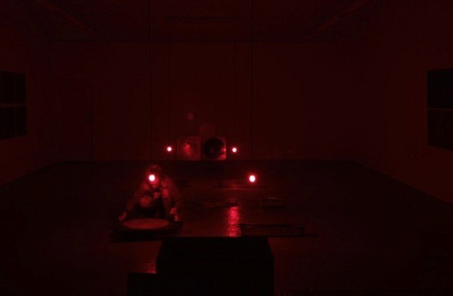 Nanna Lysholt Hansen: Dear Mary (heaters), 2014. 35 minutes live performance zink trays, photographic chemicals, heaters, undergarment, safe lights, wooden pinhole camera, steel plates. Foto: Nanna Lysholt Hansen