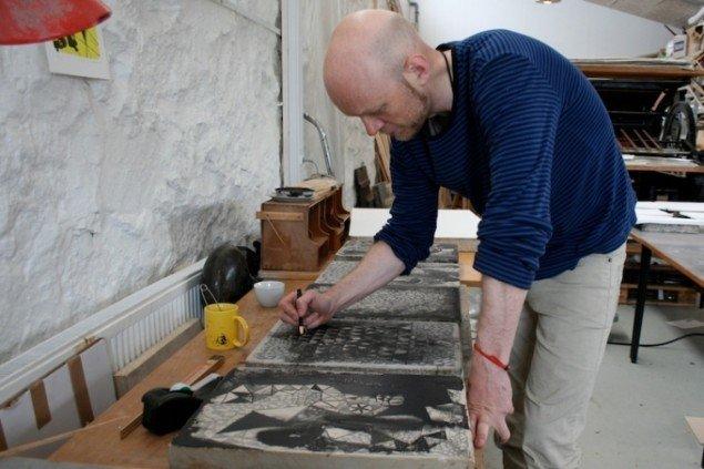 Jonas Hvid Søndergaard i arbejde på Steinprent værksted, Tórshavn, Færøerne. Foto: Jonas Hvid Søndergaard