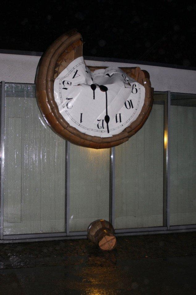 Søren Behnckes pap-ur på Århus Kunstbygning. Foto: Miriam Nielsen